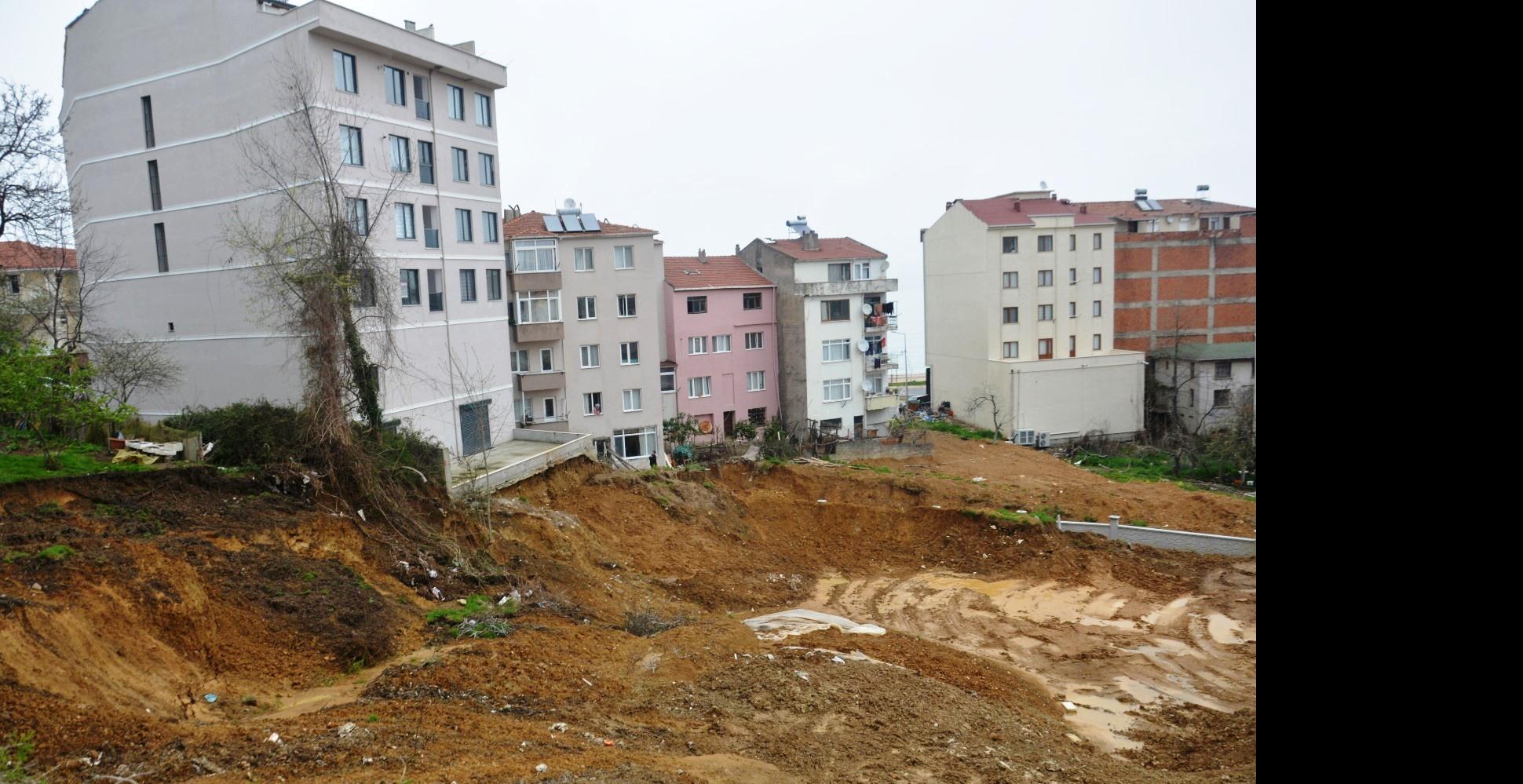 İstinat duvarı yapmayan inşaat firması yüzünden bina sakinlerinin uykuları kaçıyor