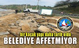 Belediye ekipleri, kıyıya yakın beton temeli kepçeyle yerinden söktü